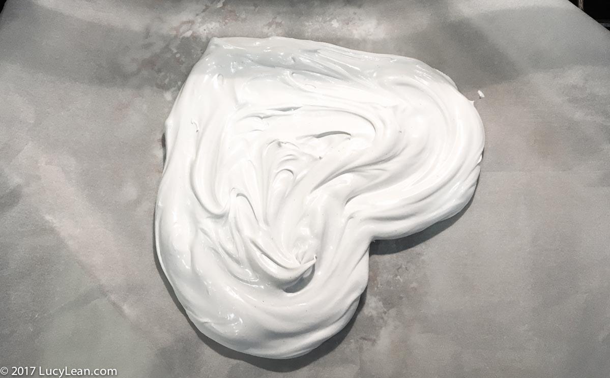 Pavlova - meringue heart